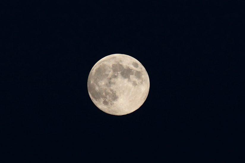 Der Mond in voller Größe, aufgenommen mit einem 200er Tele samt 1,4-fach Converter