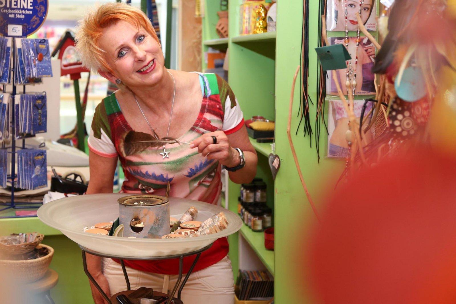 Ingrid Bartolot mit Räucherwerk