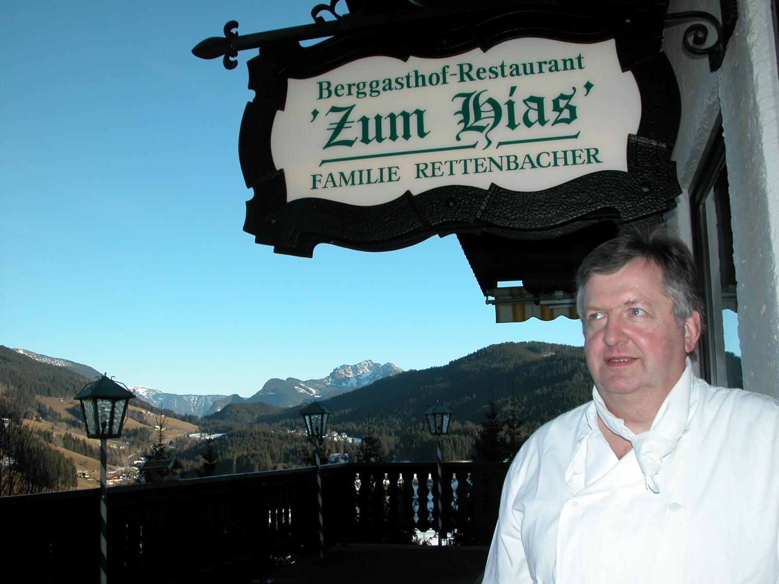 Hartl Rettenbacher auf der Terrasse des idyllisch gelegenen Berggasthofes