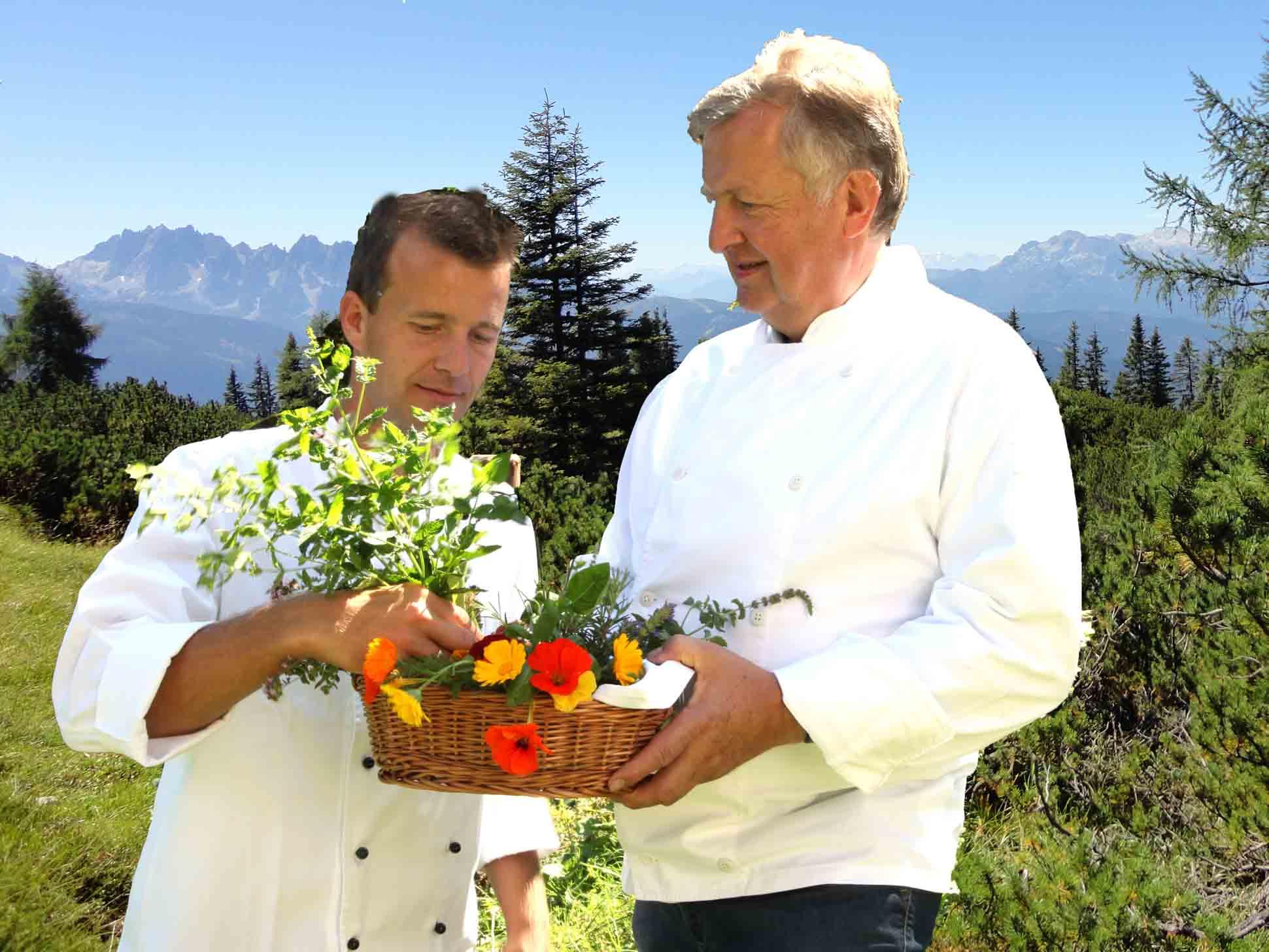 Alexander und Hartl Rettenbacher mit frischen Kräutern für die Küche