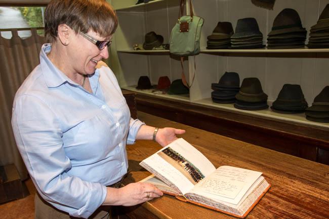 Zahlreiche Prominente sind Kunden der Hutmacherei Zapf und tragen sich bei ihrem Besuch im Gaestebuch ein.