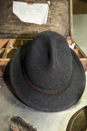 Mit diesen beiden Dellen kann der Hut mit Zeigefinger und Daumen vom Kopf gelupft werden.