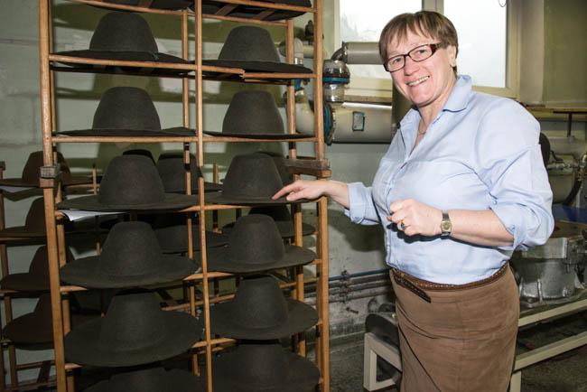 Theresia Bartolot zeigt die von Hand aufgezognen Huete - noch einige Arbeitsschritte dauert es, bis diese Huete die Manufaktur verlassen koennen.