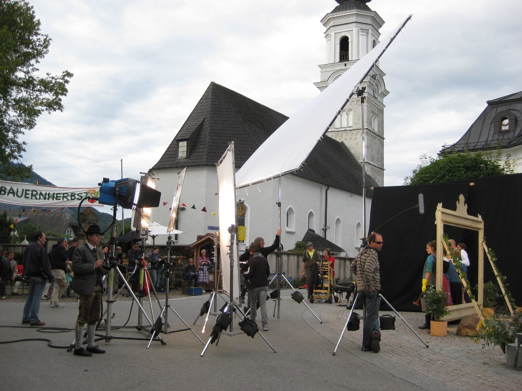 Dreharbeiten vor der Faistenauer Kirche. c TVB Faistenau