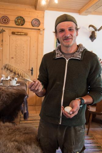 So sieht die Feder und das Ei eines Uhus aus - erklärt Wildparkranger Wolfgang Lackner.