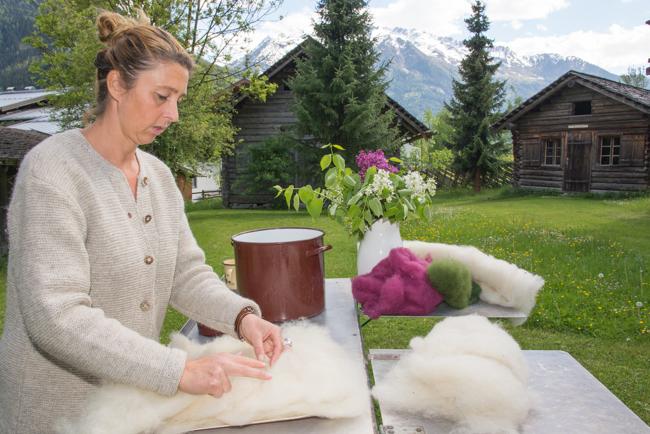 Silvia legt das Vlies in Schichten auf der Schablone auf