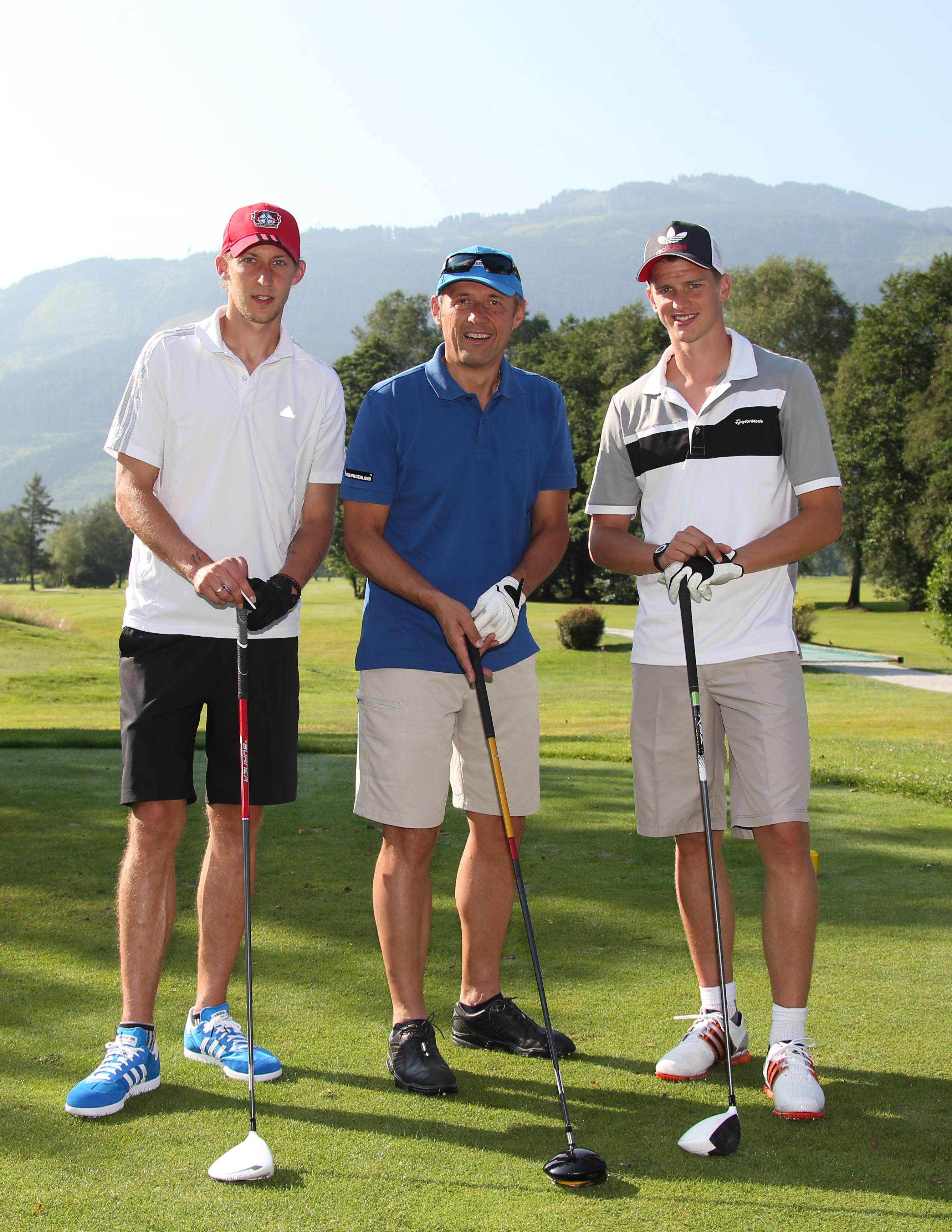 •Entspannen am Golfplatz: Stefan Kießling, Leo Bauernberger und Lars Bender bei der gemeinsamen Golfpartie
