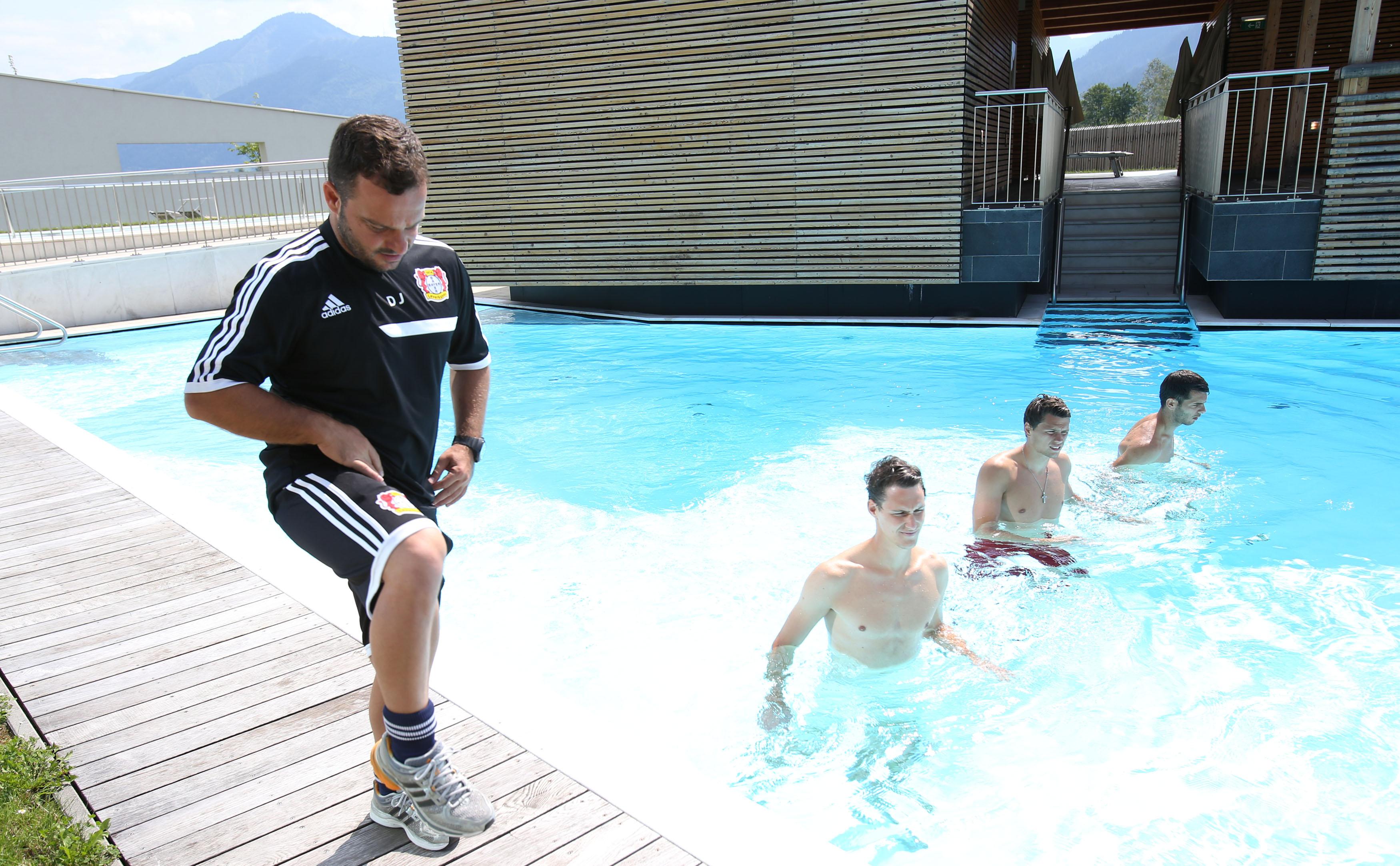 •Die Spieler des Bayer 04 Leverkusen beim Aquatraining im TauernSpa Kaprun.