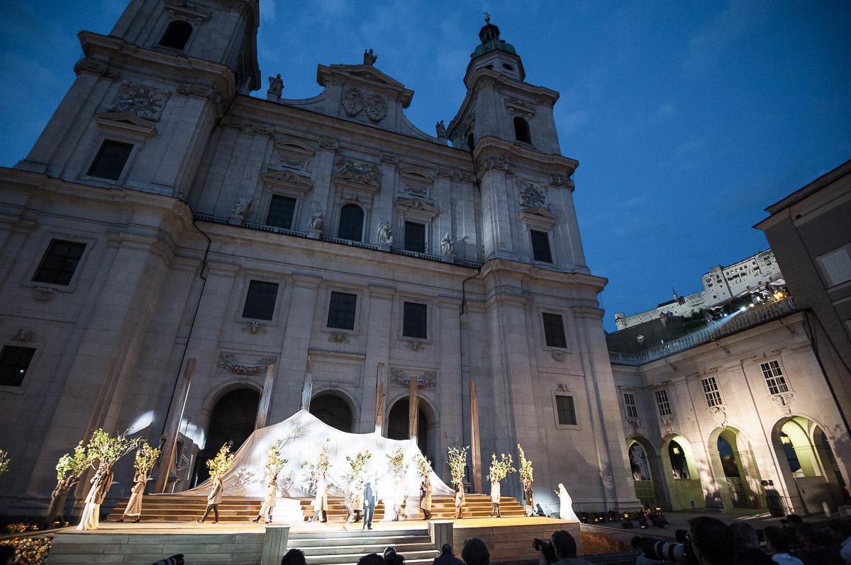 Die Silhouette des Untersbergs, aus Salzburger Weisswäsche genäht, erhebt sich vor der Domfassade.