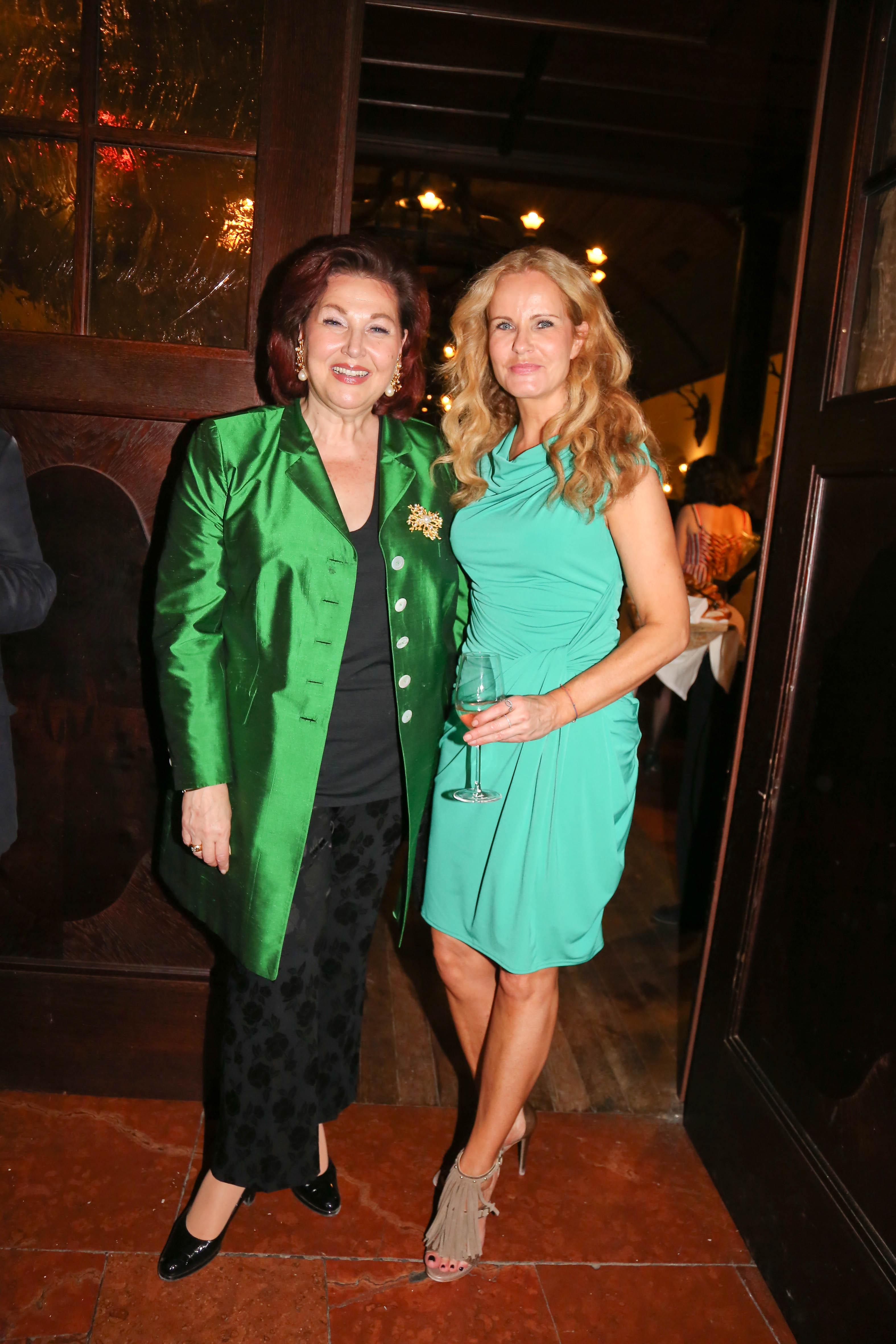 Harf in grünem Satin, Katja Burkhard in Türkis zur Jedermann Premierenfeier