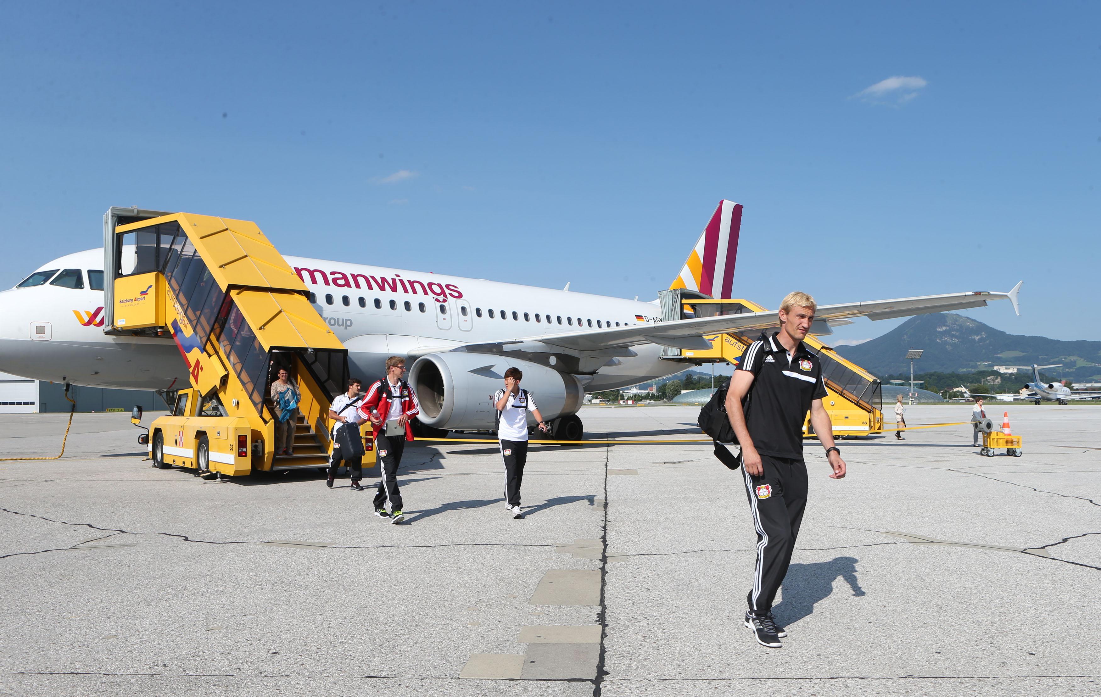•Sicher gelandet: Die Mannschaft von Bayer 04 Leverkusen bei der Ankunft am Salzburg Airport.