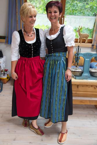 Evi Eisenmann und Uschi Perterer tragen sie natürlich selbst - die Doggln.