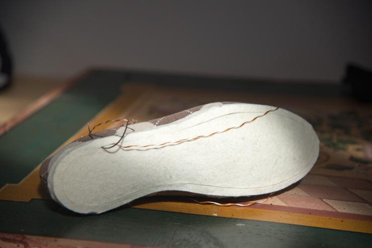Mit einer versenkten Naht wird die Filzsohle nach dem Kleben noch an den Schuh genäht.