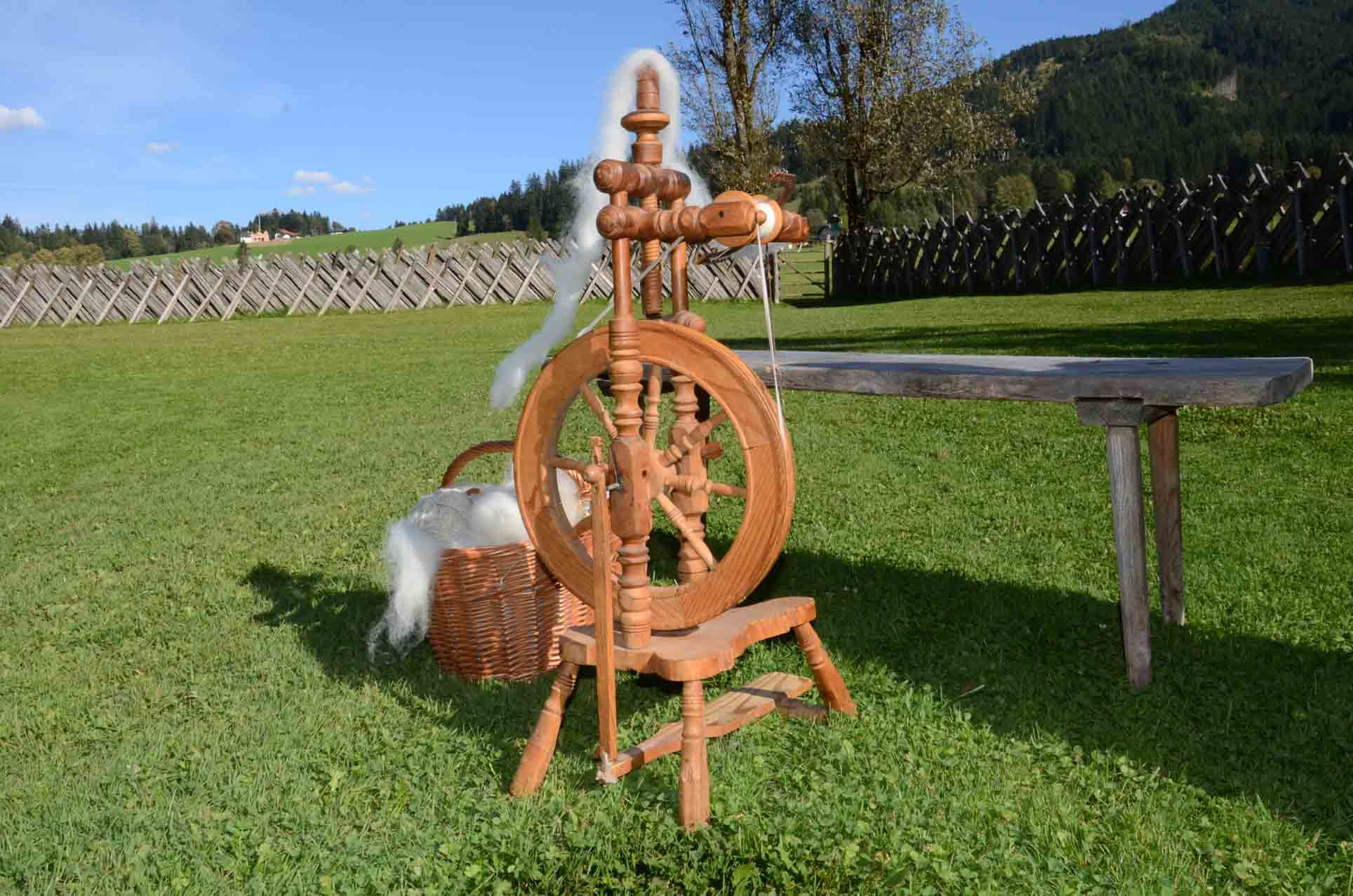 Spinnrad mit Rohwolle