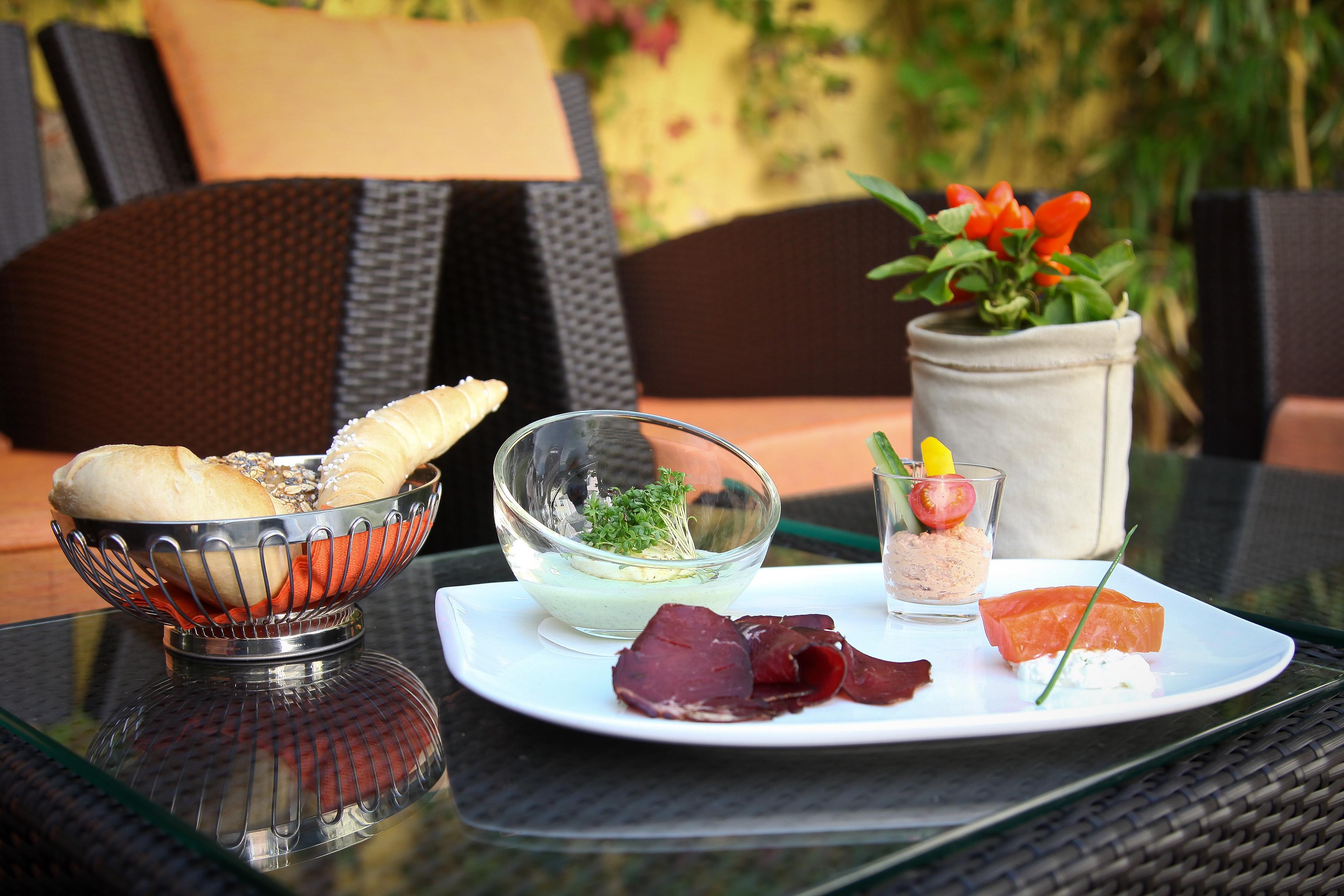 Hirschschinken und Räucherlachs mit Tomatengervais dazu Ei im Glas
