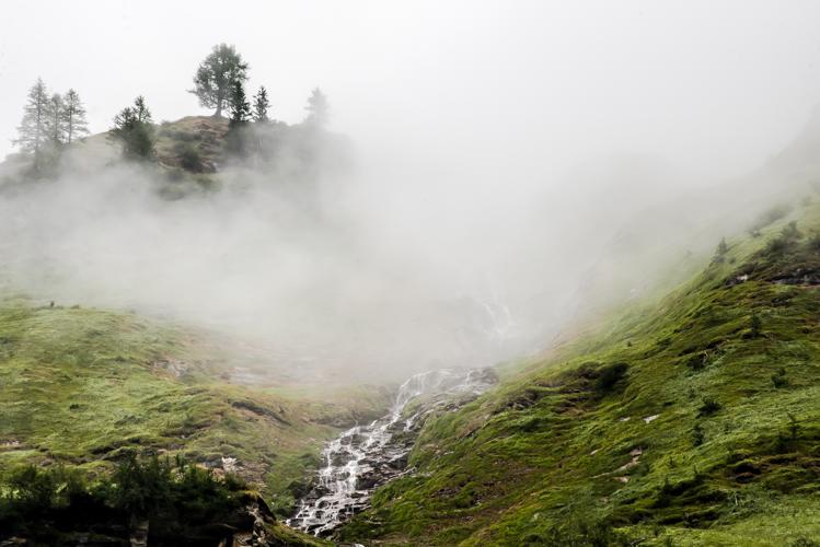 Langsam gibt der Nebel die Landschaft frei.