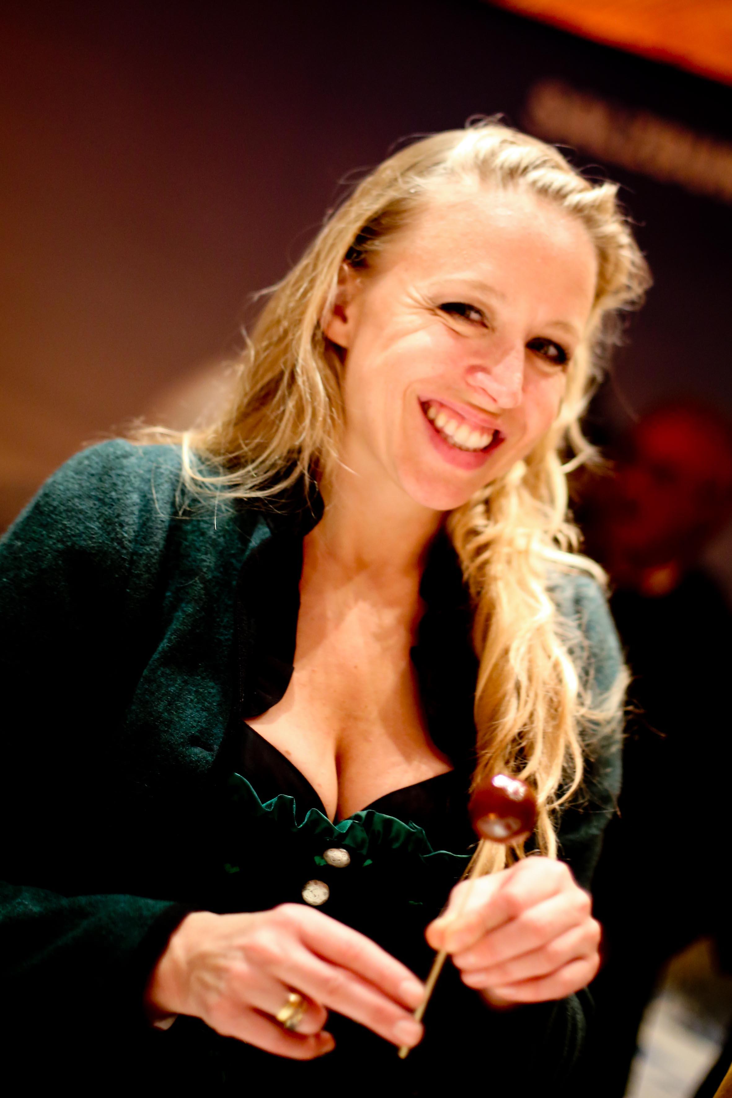 Nina Proll mit der echten Mozartkugel