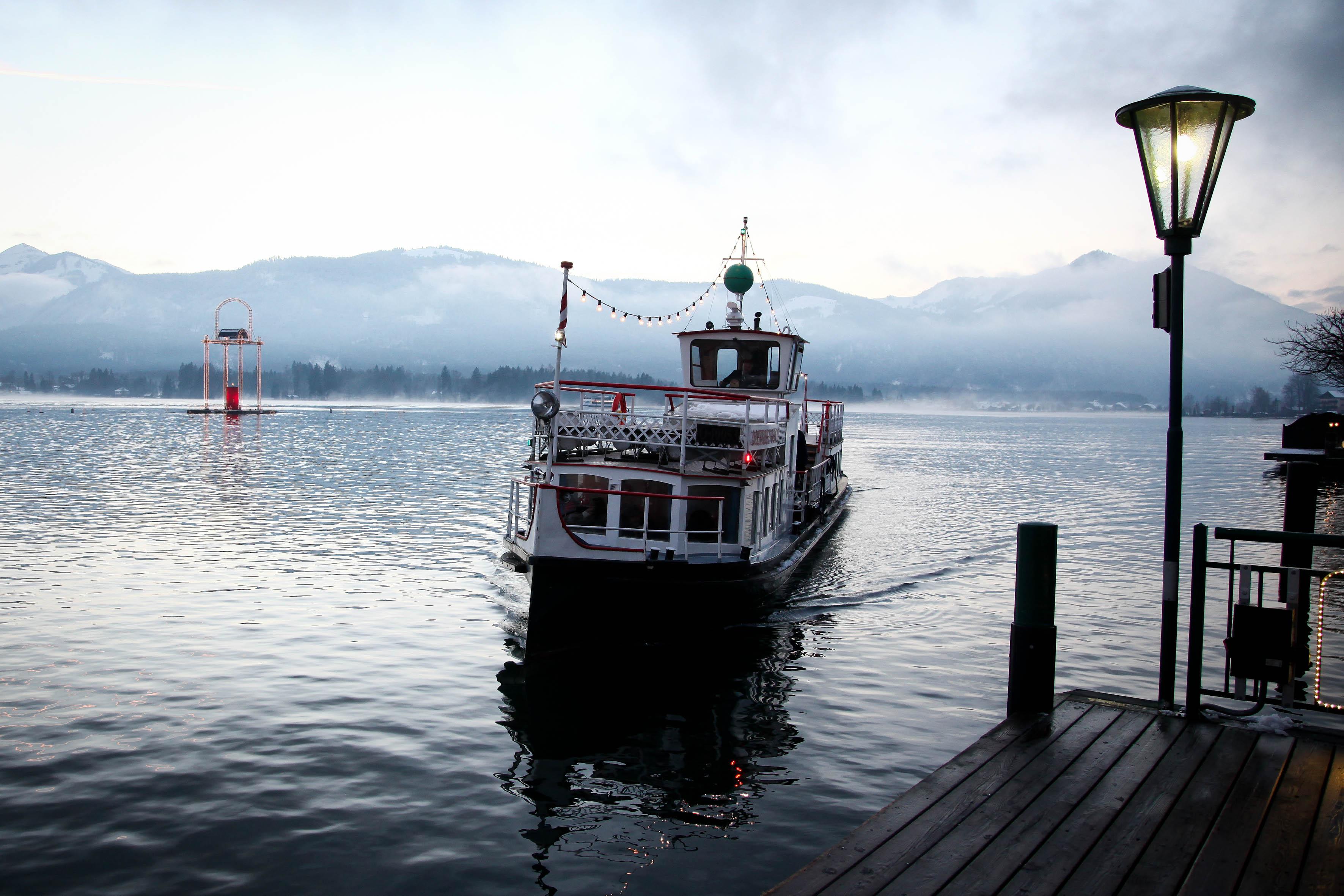 Mit dem Boot von Ort zu Ort