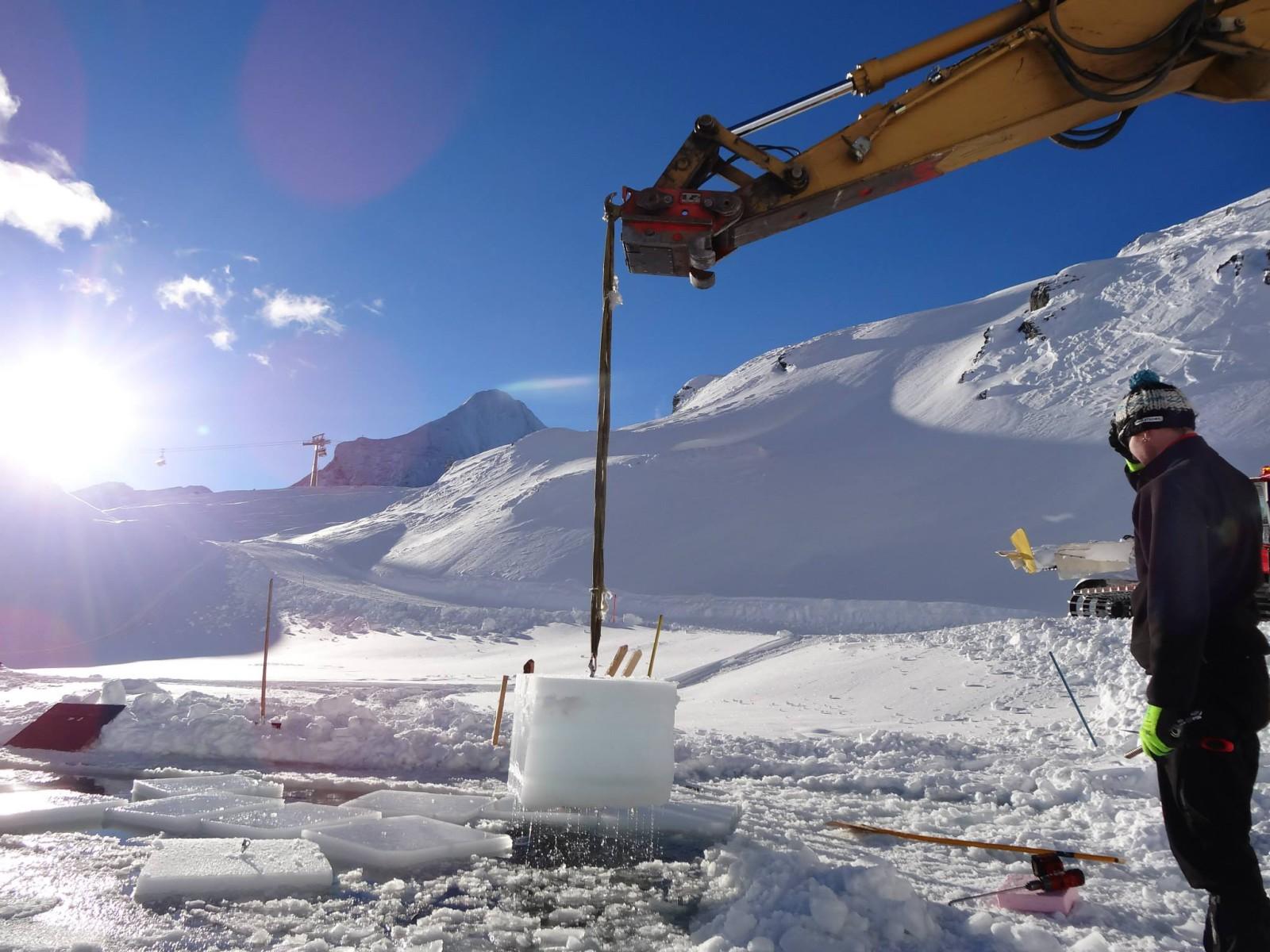 Aus dem nahen Bergsee werden die Eisblöcke geschnitten...