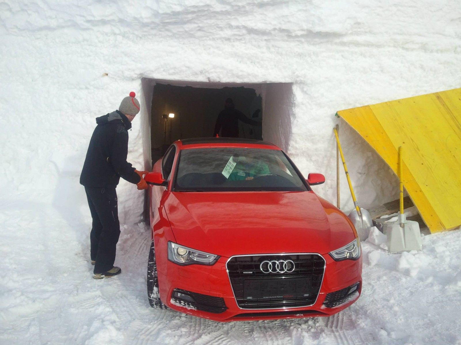 ... kommt der Audi (wenn er durch den Eingang passt)