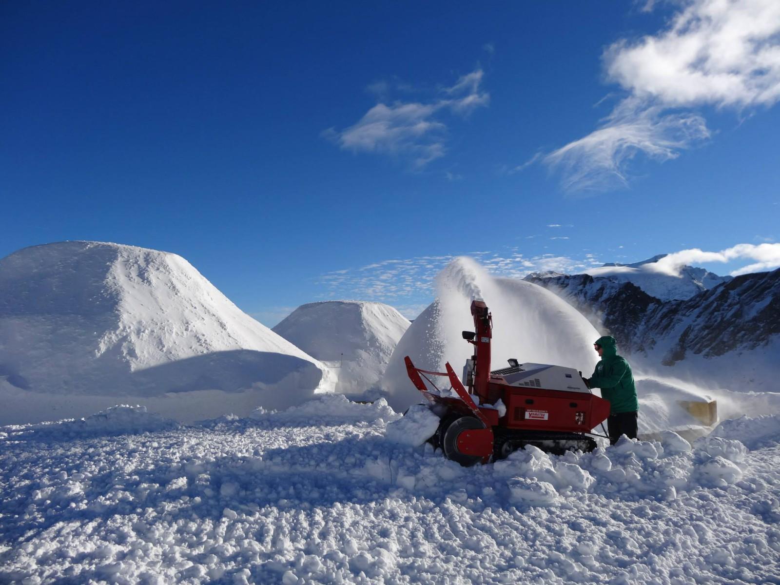 ...und mit der Schneefräse wird die Verschalung befüllt.