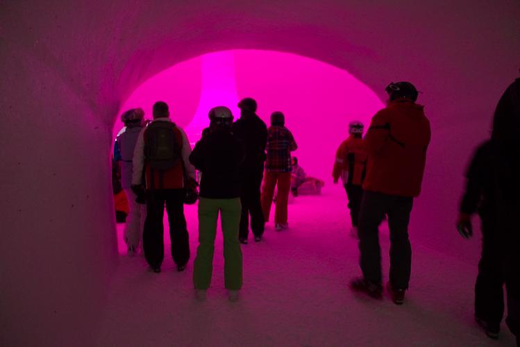 Pinke Welt - Lichtinszenierung sorgt für wechselnde Atmosphäre.