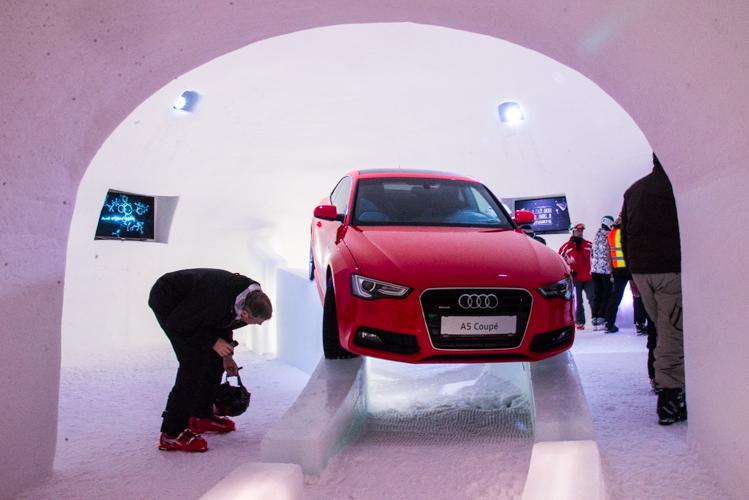 Wie hält der Audi auf der Eisrampe?