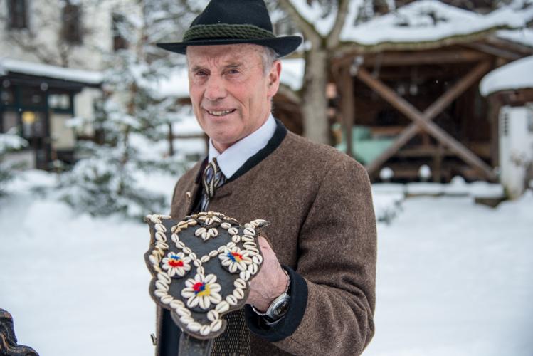 Beni Rainer erklärt die Bedeutung des Muschel-Geschirrs...
