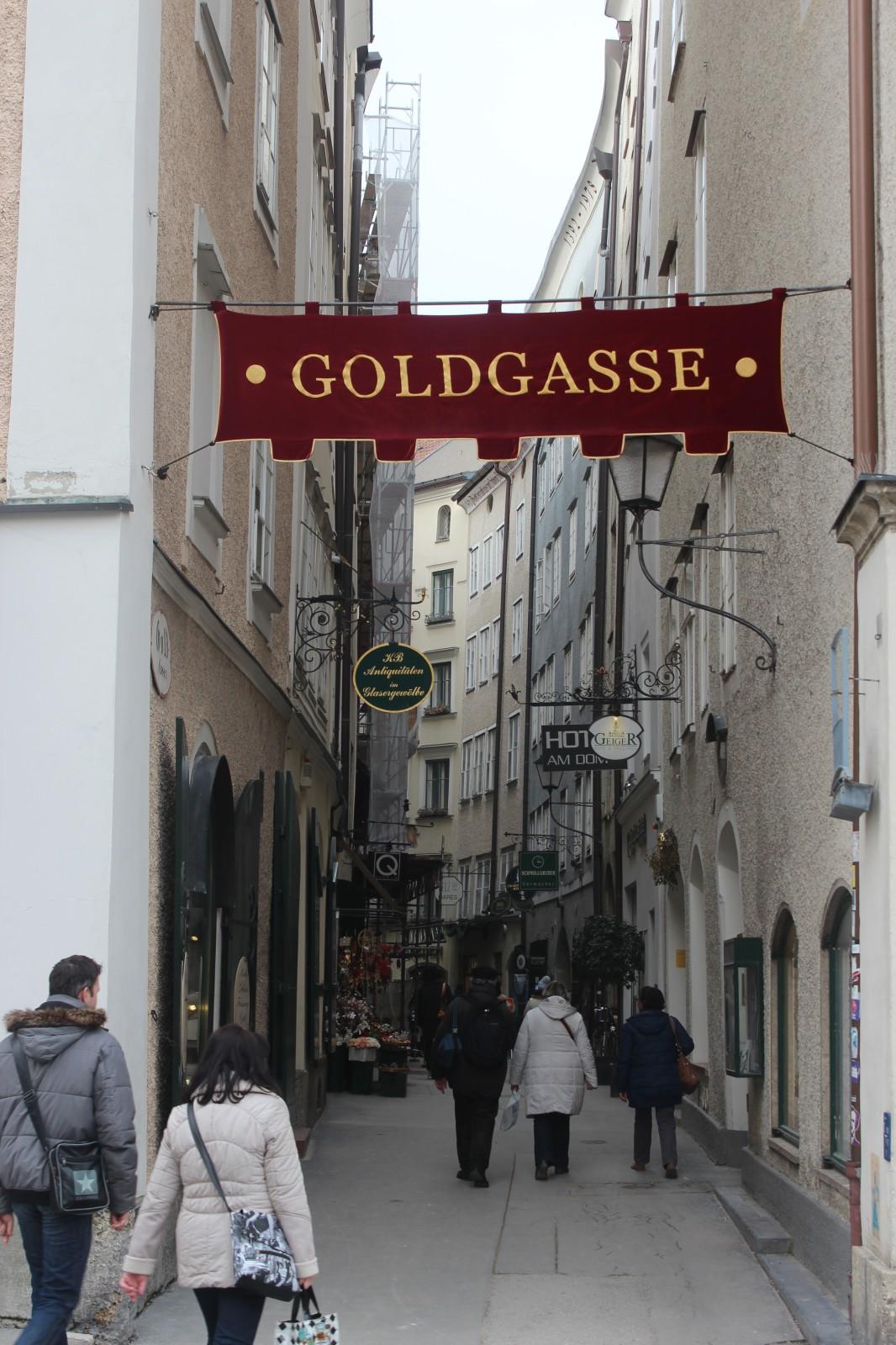 Mittelalterliches Altstadt-Flair vermittelt schon die schöne Banderole am Eingang Residenzplatz.