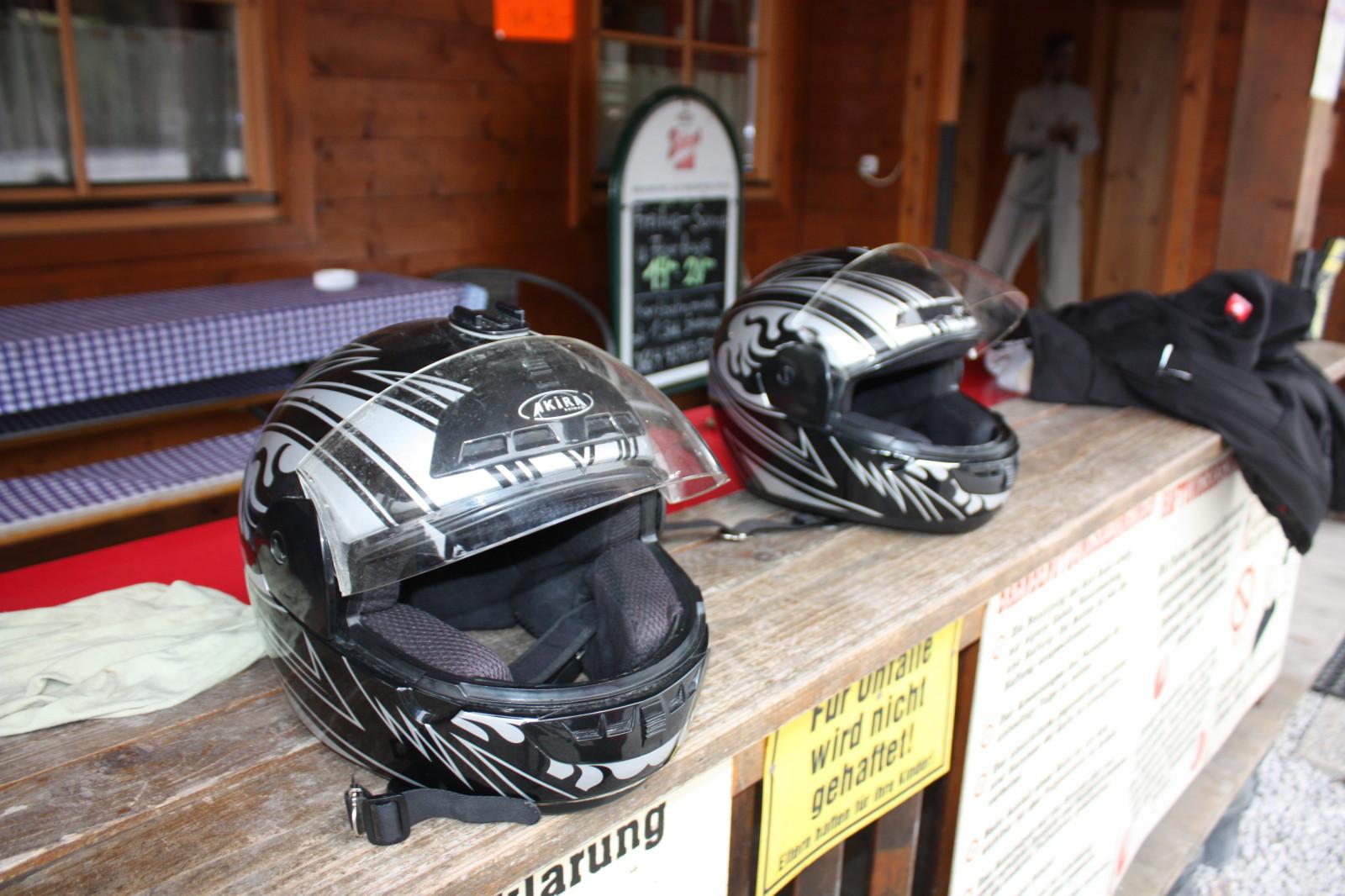 Helme stehen bereit zum Verleih