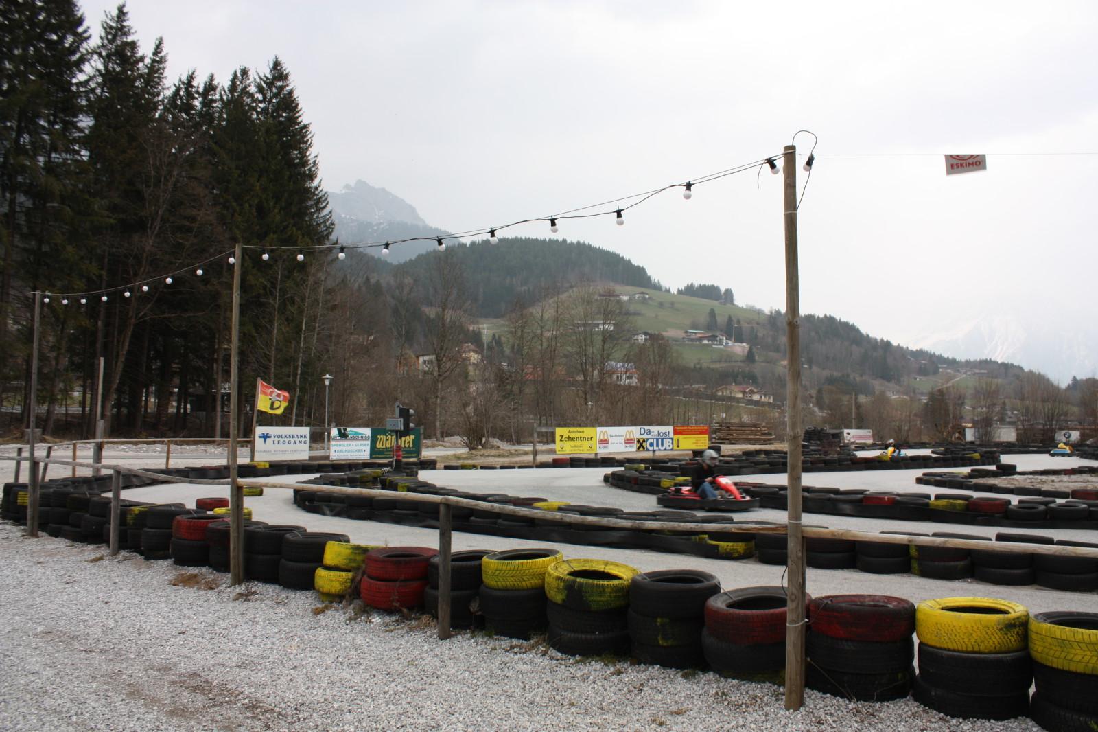 ... befindet sich die Go-Kart-Bahn in Leogang...