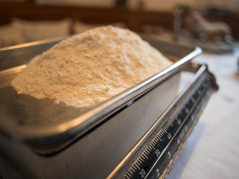 Das Mehl wird mit dem Backpulver versiebt
