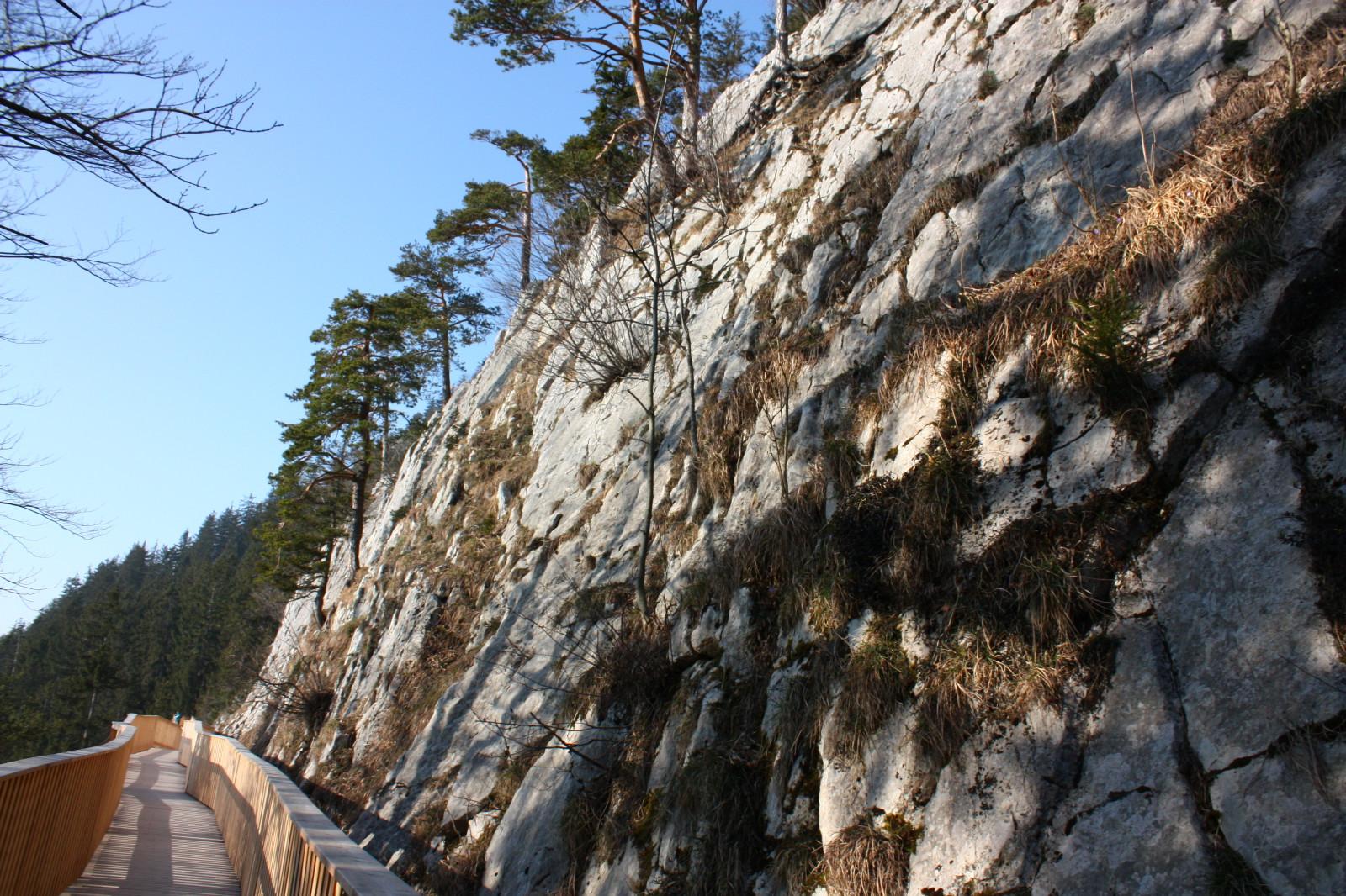 Immer entlang der Felsen...