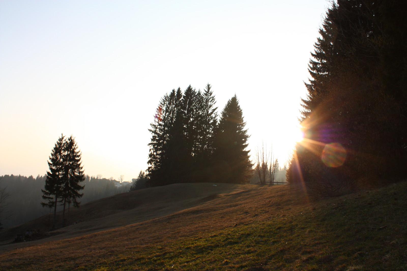 Die Abendsonne wandert über das Tal