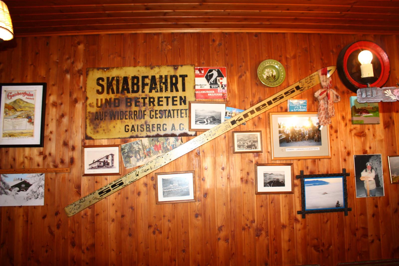 Sehr passend dekorierte Holzwand...