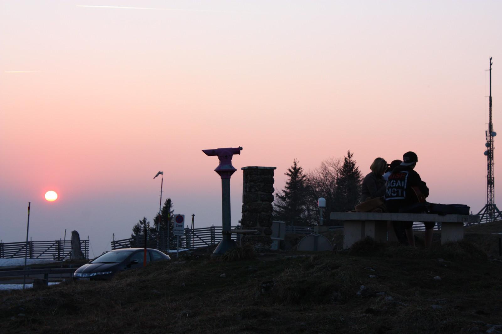 Abendstimmung am Gipfel. Rechts drei Teenager und eine Gitarre