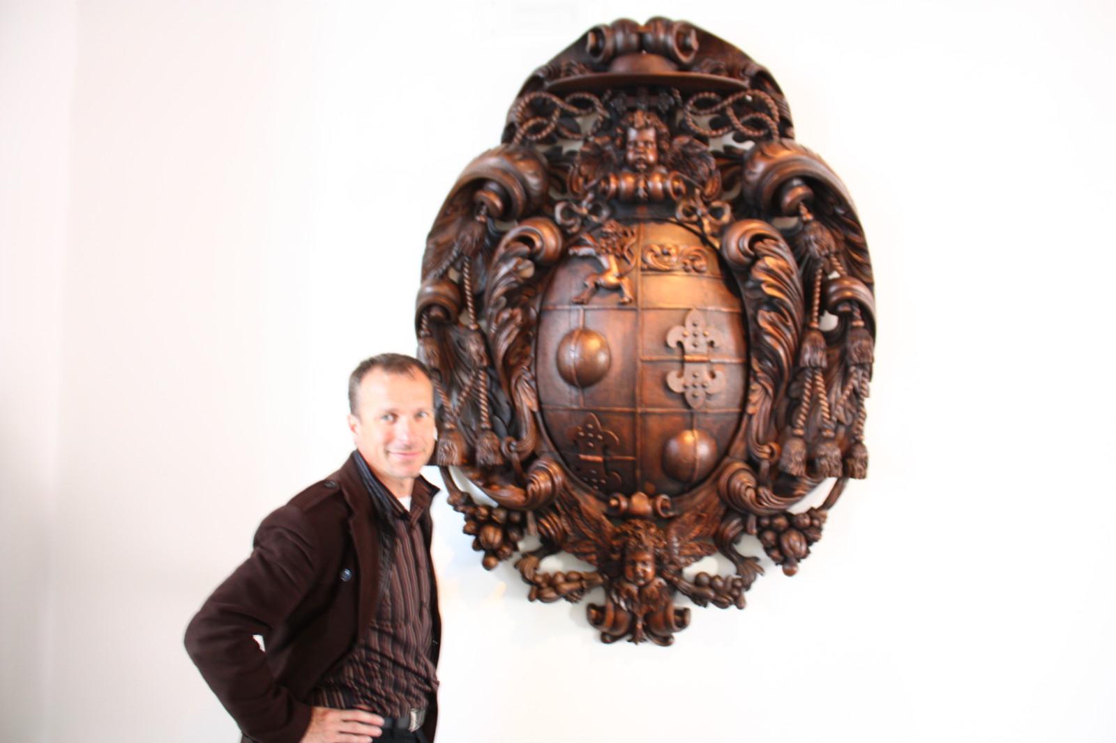 Husty zusammen mit dem beeindruckenden Wappen des einstigen Erzbischoffs