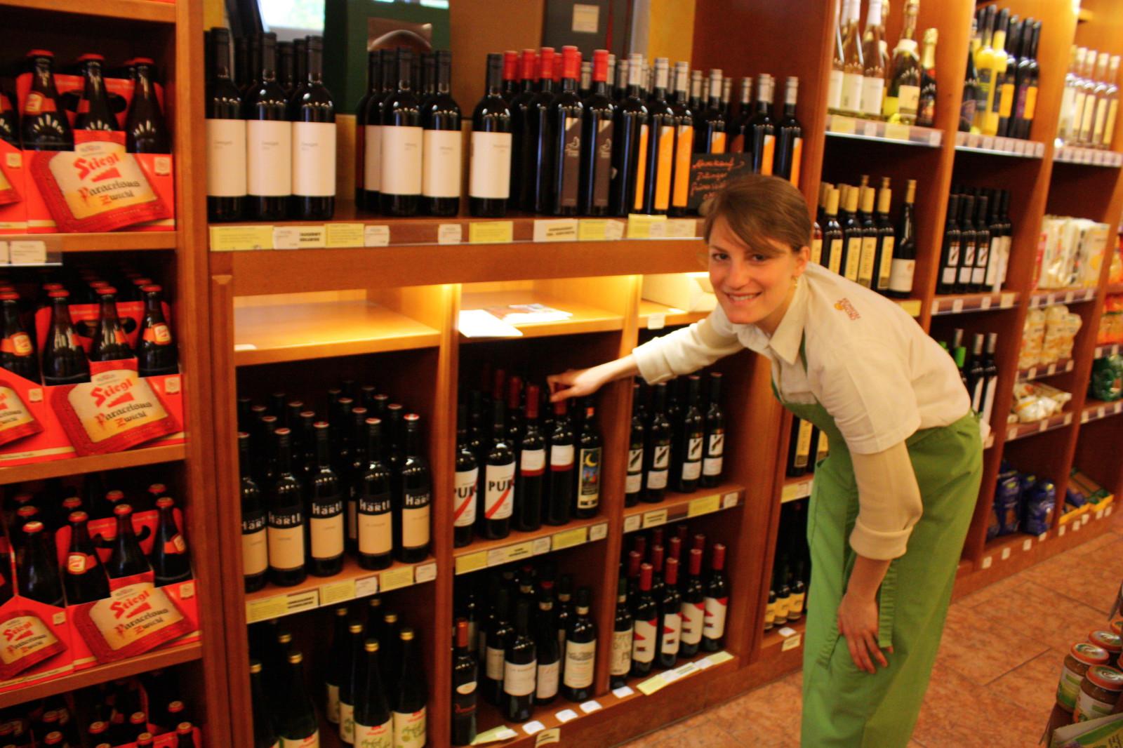 Auch das Glaserl Wein zum Essen lässt sich hier erstehen