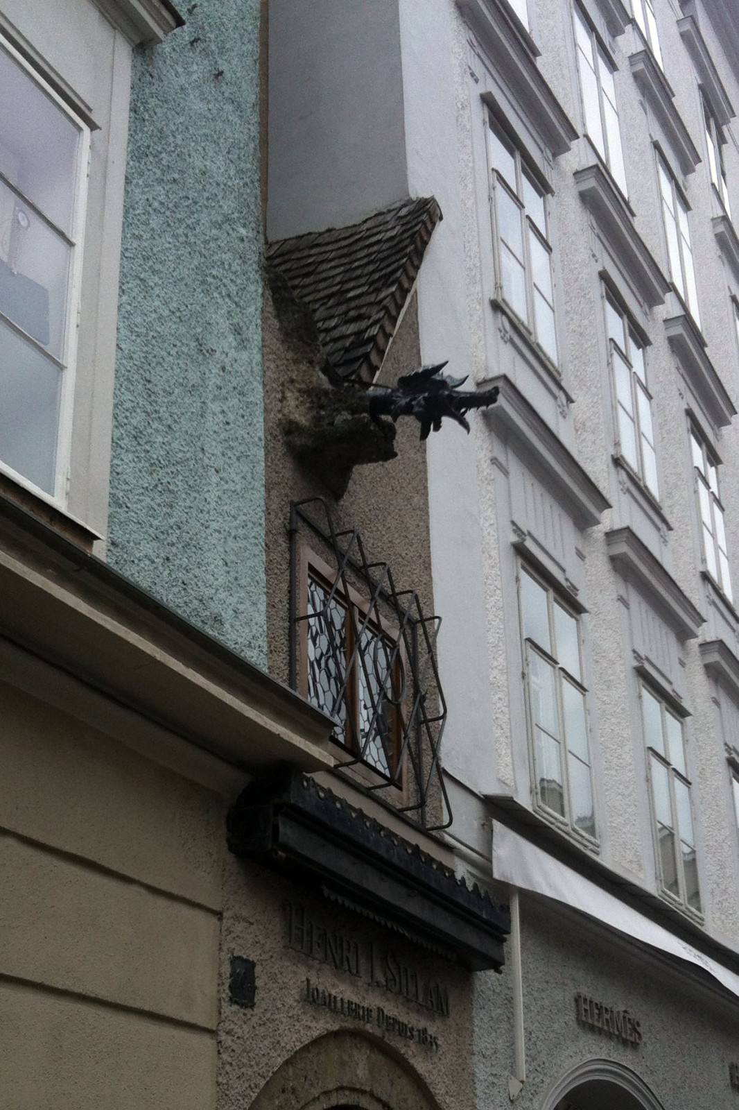 Der Drachenkopf am Dach.