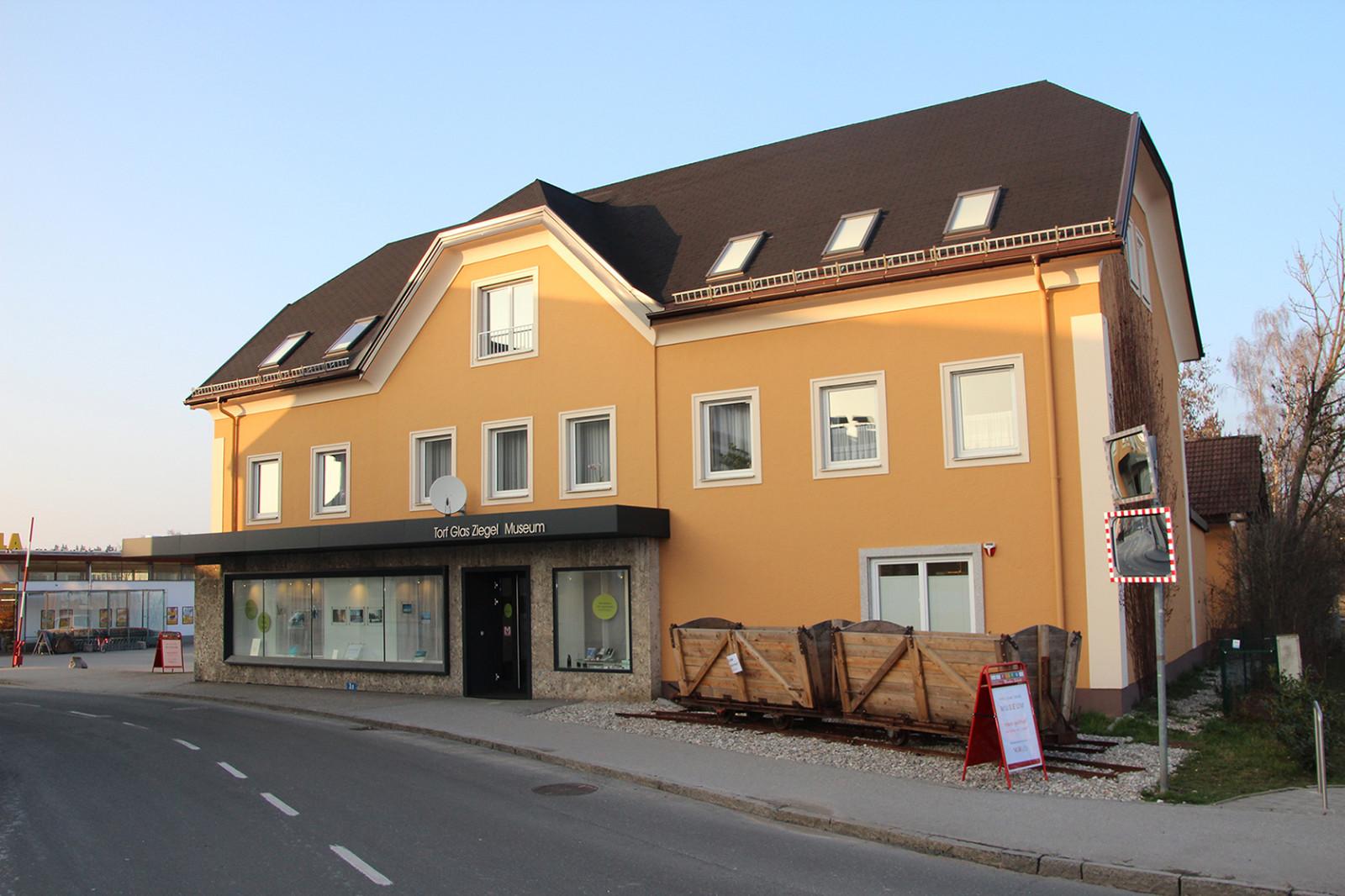 Hintergrundinfos: Das Torf-Glas-Ziegel-Museum in Bürmoos ist einen Besuch wert.