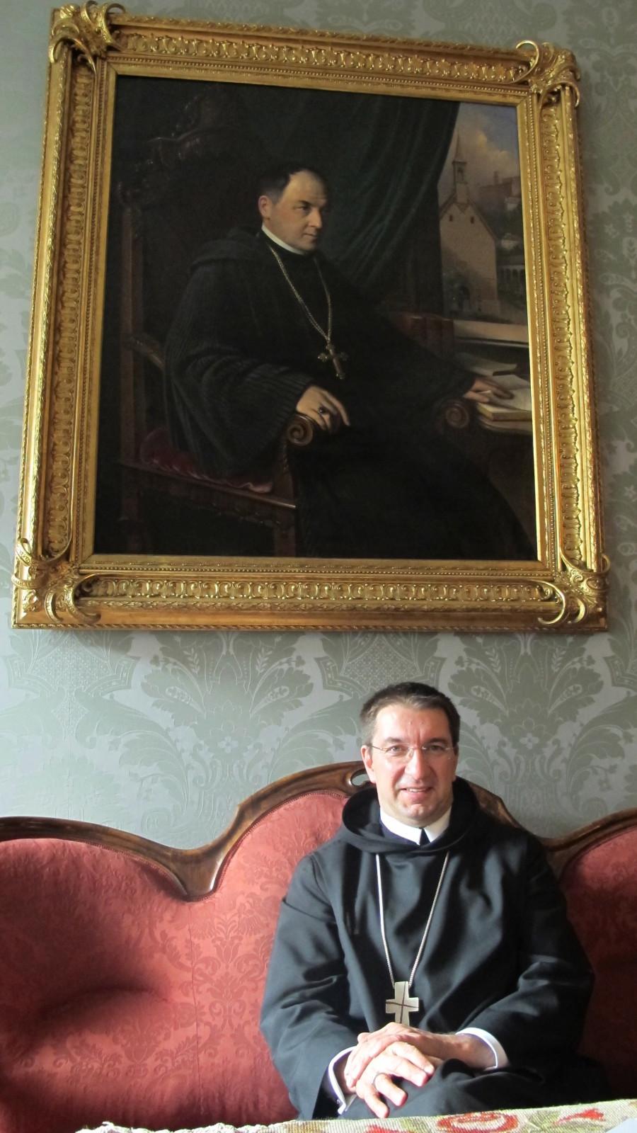 Erzabt von St. Peter Korbinian Birnbacher unter dem Bild eines Vorgängers.