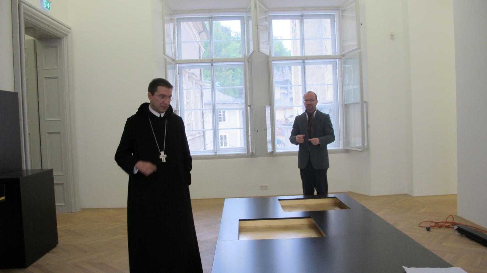 Erzabt Korbinian mit dem Kustos der Kunstsammlung von St. Peter, Mag. Wolfgang Wanko.