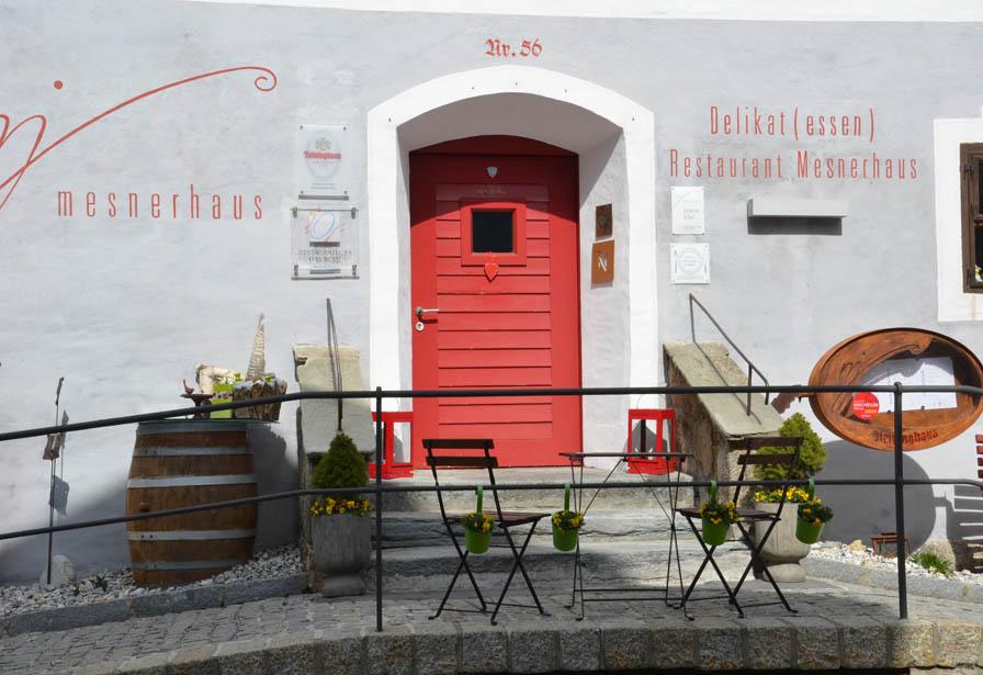 Mesnerhaus mit roter Eingangspforte