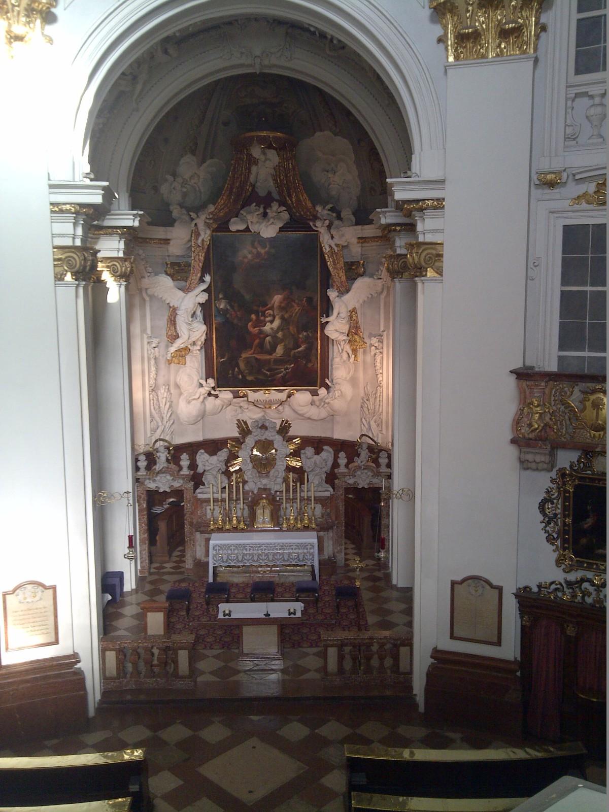 Der Altarraum der Kajetanerkirche Salzburg
