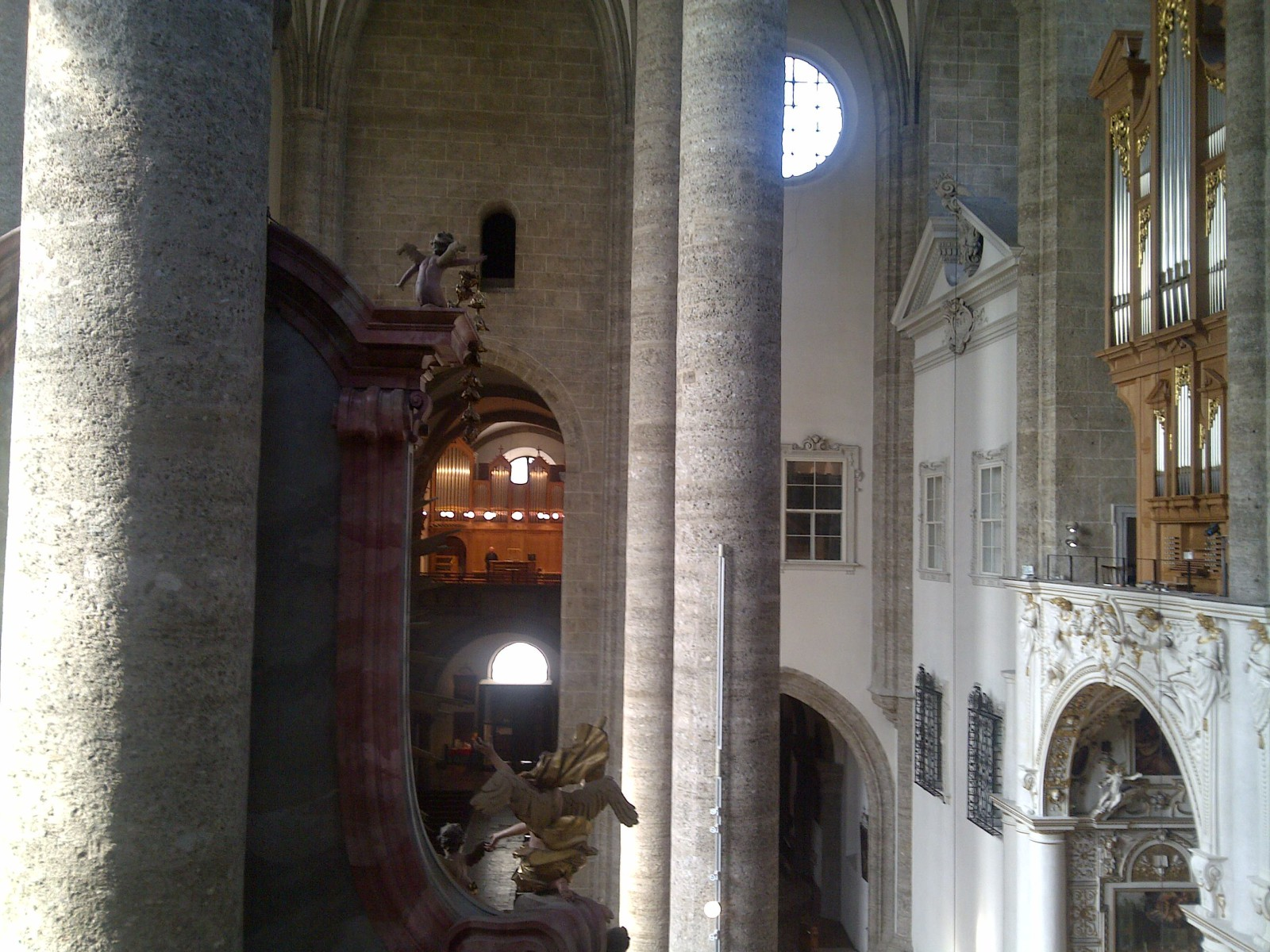 Zwei auf einen Blick: die Marienorgel (re) und die Heilig-Geist-Orgel (hinten)