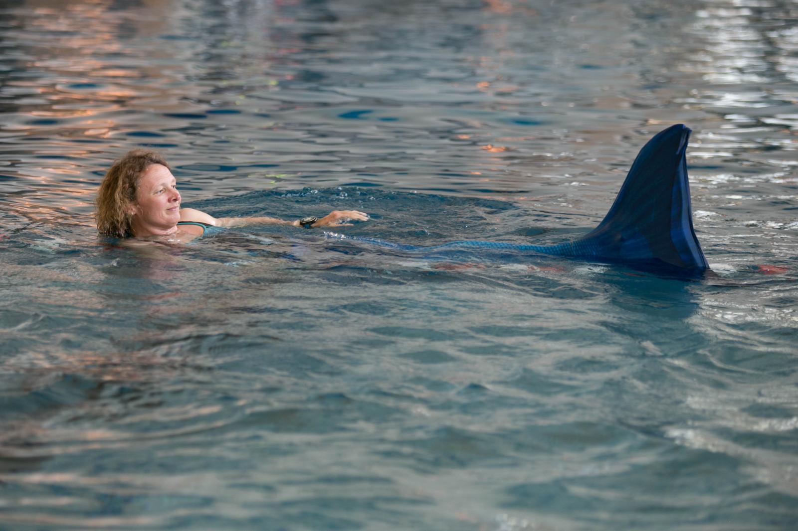 Maria schwimmt als Apnoetaucherin normalerweise mit größeren Flossen