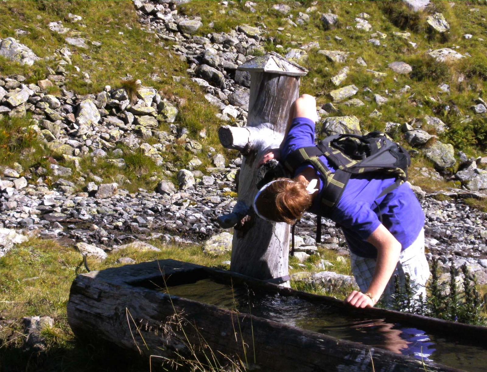 Kühle Erfrischung beim Brunnen Landwierseehütte