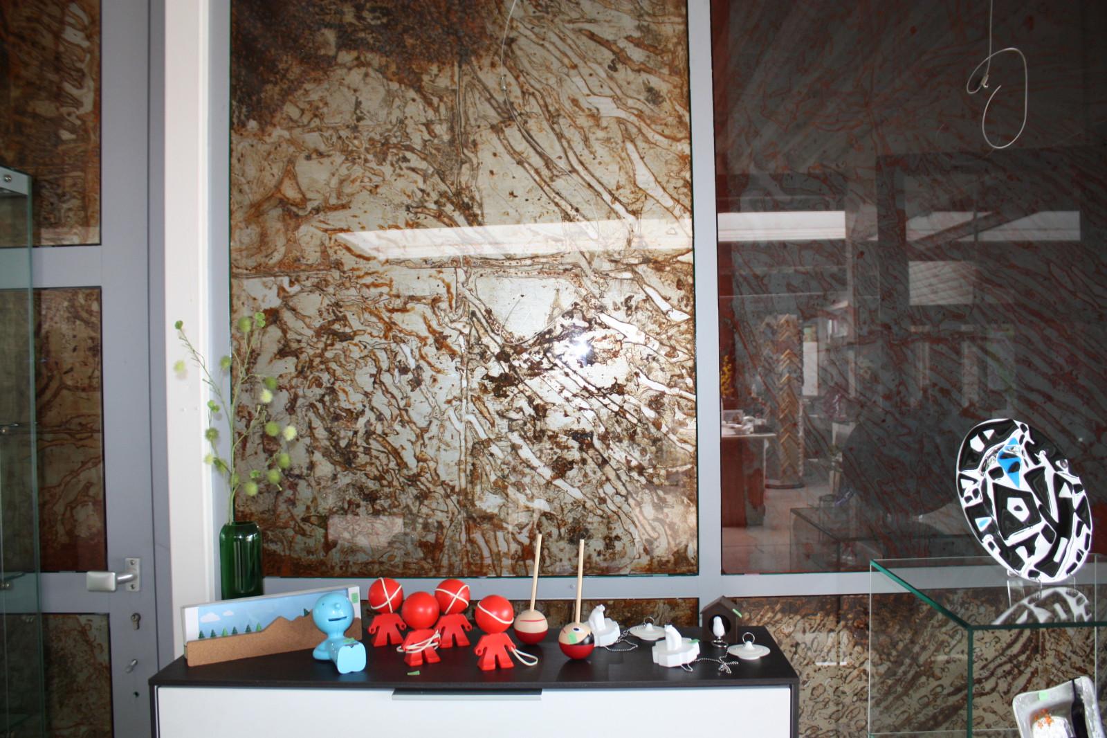 Trennwand aus Holz im Glas