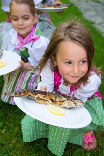 Der Steckerlfisch schmeckt auch den Kindern.