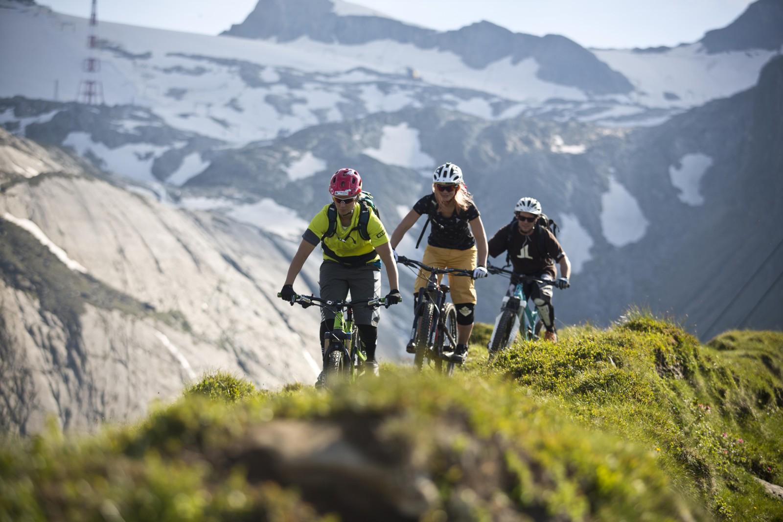 Vom Gletscherrand führen  die Trails bergab bis zur Talstation der Gletscherbahnen.